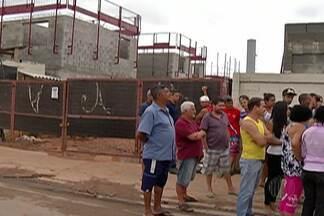 Moradores do Jardim Fernandes, em Suzano, protestam contra problemas no bairro - O protesto foi em frente ao condomínio onde os moradores acreditam ter causado o problema.