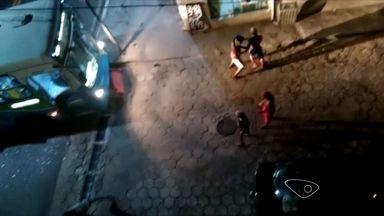 Grupo fecha rodovia em protesto contra prisão de adolescente, no ES - Ônibus foi depredado por manifestantes durante a ação. Rotam foi acionada e revidou com balas de borracha e gás lacrimogêneo.