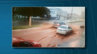 Temporal alaga ruas em Santo Antônio da Platina - A água desceu com força pelas ruas do centro da cidade e deixou o trânsito complicado. Não houve feridos.