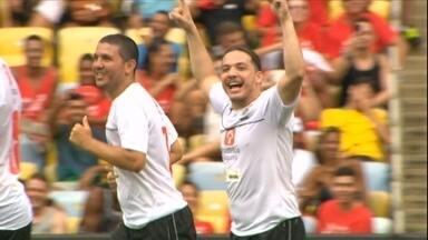 Wesley Safadão marca gol e faz sucesso na pelada do Zico que acontece há 12 anos - Zico também marcou gol. Maracanã recebeu mais de 40 mil torcedores
