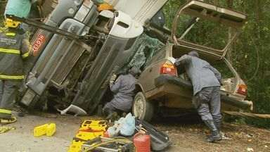 Carreta cai em cima de carro em trecho da BR-459, em Caldas (MG) - Carreta cai em cima de carro em trecho da BR-459, em Caldas (MG)