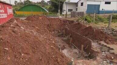 De Olho na Rua: moradores de Muzambinho (MG) reclamam de obra parada em bairro da cidade - De Olho na Rua: moradores de Muzambinho (MG) reclamam de obra parada em bairro da cidade