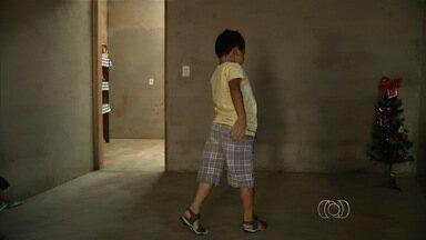 Mãe volta a pedir ajuda para terapia de menino com doença rara: 'Aflição' - Ela conta que distrofia avançou e garoto tem dificuldade para se locomover. Família mora em Goiás e luta por tratamento com células-tronco na Tailândia.