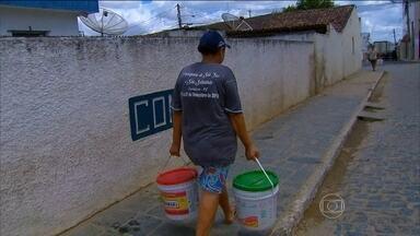 Barragem que abastece cidades do agreste de PE está no volume morto - Os moradores ficam quase um mês sem água nas torneiras. Se não chover, a situação pode ficar pior.