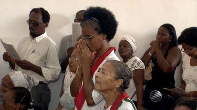 Fiéis participam de tradicional missa na igreja de São Lázaro na última segunda do ano - Muitos devotos foram agradecer por graças alcançadas e renovar os pedidos.