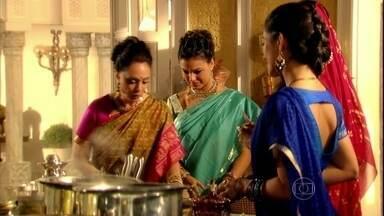 Indira ensina Camilla a cozinhar - Maya conversa com a esposa de Ravi