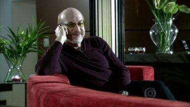 Mike avisa a Yvone que comprou as passagens aéreas - Ela atende o telefonema na frente de Raul e disfarça