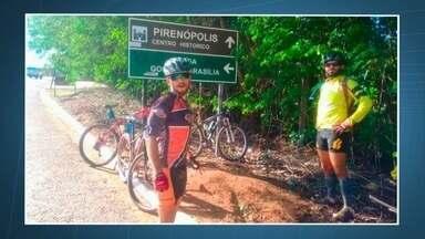 Ciclistas protestam contra a morte de colega em assalto - O corpo de Leozinho foi enterrado no Cemitério de Taguatinga. Amigos e parentes lembraram como o ciclista gostava de pedalar.
