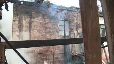 Fogo destrói casa em Paiçandu - Mulher morava sozinha no local, mas não estava na hora do incêndio