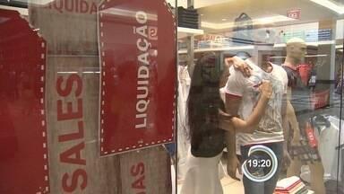 Após o Natal, shoppings seguem lotados - Clientes vão às compras em busca de promoções.