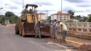 Moradores de Birigui limpam a sujeira provocada por temporal na cidade - O dia em Birigui (SP) foi de faxina. O temporal que alagou vários pontos da cidade deixou muita sujeira.
