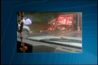 Caminhoneiro morre em batida e cerveja fica espalhada na BR-262 - Trecho perto de Bom Despacho ficou interditado durante a manhã.Acidente envolveu dois caminhões; chovia na hora da colisão.