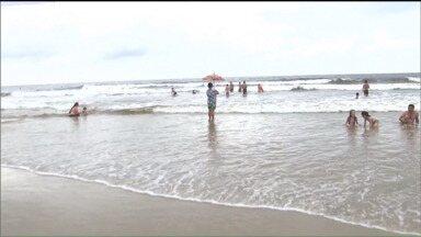 Turistas devem redobrar os cuidados ao frequentarem o litoral nesta época do ano - Número de salvamentos e mortes no litoral do Paraná é maior nessa época do ano. O perigo aumenta no litoral com a chuva.