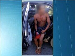 Suspeito de roubar loja é acorrentado por moradores em Caratinga - Quatro homens acorrentaram o suspeito e o colocaram dentro de um carro. PM foi acionada e conseguiu interceptar o grupo.