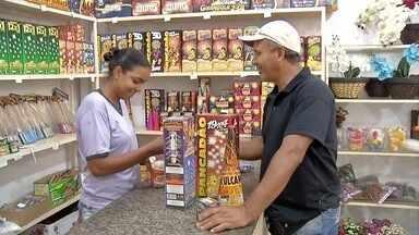 Comerciantes reforçam estoque para vendas de fogo de artifício em Três Lagoas (MS) - Prefeitura vai investir R$ 50 mil em queima de fogos no Réveillon.