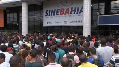 Anúncio falso de emprego causa tulmuto no SineBahia - Veja mais informações no Giro de Notícias.