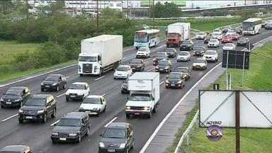 Estradas apresentam grande fluxo de veículos em direção ao Litoral Norte - Na rodoviária de Porto Alegre, não há mais passagens para as principais praias gaúchas.