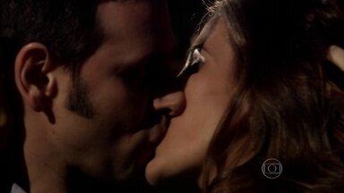 Lucas e Duda se beijam - Os dois curtem clima sensual em festa