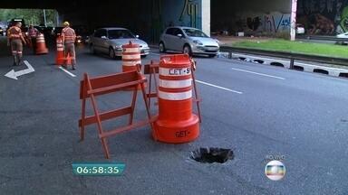 Buraco na Avenida 23 de Maio bloqueia faixas no sentido Santana - O solapamento no asfalto ocorreu na altura do viaduto Jaceguai. Três faixas da pista que integra o o corredor Norte-Sul estão liberadas para o tráfego de veículos.