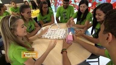 Nova geração de empresários brasileiros aprendem negócios na escola - Os estudantes aprendem como gerenciar e criar negócios.