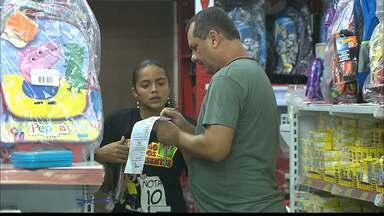 Domingo foi movimentado nas papelarias de JP - Buscando promoções, clientes aproveitaram o dia de folga para comprar material escolar.