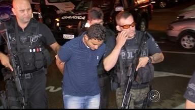'Papai noel' que roubou helicóptero é transferido para Sorocaba - O homem suspeito de roubar um helicóptero vestido de Papai Noel foi transferido para Sorocaba (SP) neste sábado (9). Nabiel da Silva Cordeiro, de 30 anos, foi preso nesta sexta-feira (8) em Queimadas, cidade do semiárido baiano. O suspeito teria cometido o crime em novembro de 2015, em Mairinque (SP).