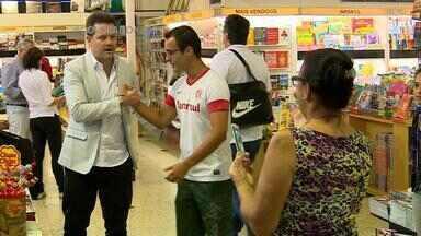 Técnico Argel compra livros antes de viajar para os EUA para disputa de Torneio da Flórida - 'O Poder da Coragem' foi um dos títulos escolhidos.