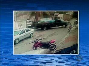 Homem morre prensado entre casa e caminhão ao tentar parar veículo - Vídeo mostra momento no qual a vítima tenta parar o caminhão e é prensada.