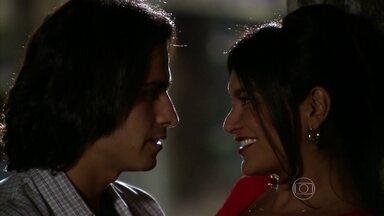 Norminha e Indra se encontram em segredo - Os dois se beijam no meio da rua