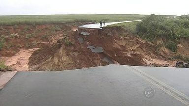Cratera leva parte de estrada e 'engole' veículos em Borá - Uma cratera com mais de 50 metros de profundidade levou parte da vicinal que liga o município de Quintana (SP) a Borá (SP) e 'engoliu' dois veículos na manhã desta segunda-feira (11). Os motoristas dos veículos conseguiram escapar e ninguém ficou ferido.