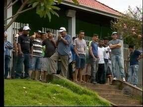 Cerca de 100 funcionários de uma usina pedem o pagamento dos salários atrasados - Protesto foi feito em Flórida Paulista nesta segunda-feira (11).