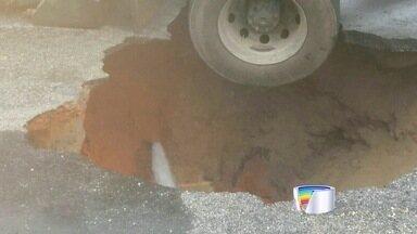 Caminhão da Prefeitura de Taubaté afundou em rua de Taubaté - Caso foi no bairro Bonfim.