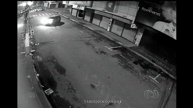 Comerciantes reclamam da falta de segurança, em Goiânia - Grupo que invade lojas à noite usando carro na marcha ré está entre as ameaças aos lojistas.