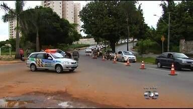 Polícia Militar realiza operação para apreender armas brancas, em Goiânia - Corporação também prendeu suspeitos de realizar assaltos usando facas e facões.