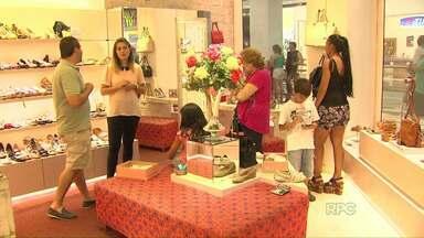 Paraguaios e argentinos aquecem economia de Foz do Iguaçu - O câmbio favorável está trazendo esses consumidores para o comércio, bares, shoppings de Foz.
