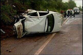 Carro e caminhão batem na BR-262 e duas mortes são registradas perto de Perdizes - Acidente envolveu carro da Secretaria de Saúde de Ibiá.Outras três vítimas foram transferidas para o hospital em Uberaba.