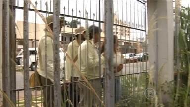 Burocracia dificulta o combate à dengue em Goiânia - Os agentes de saúde têm autorização para entrar nas casas abandonadas e eliminar os focos de mosquito, mas por falta de chaveiro esse trabalho preventivo parou.