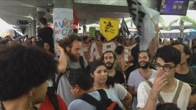 Manifestantes protestam contra o aumento na tarifa do transporte público da capital - Manifestantes protestam contra o aumento na tarifa do transporte público da capital