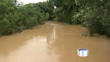Famílias em Cnas deixaram as casas após a chuva - Rio Canas está 1,5 metros acima do nível.