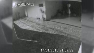 Câmera de segurança registra furto a casa na zona leste de Ribeirão Preto - Suspeitos fugiram com joias e aparelhos eletrônicos. Família estima prejuízo de R$ 25 mil.