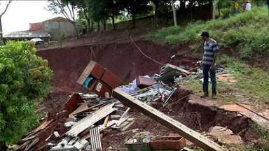 Encosta desmorona e leva junto uma casa em Londrina - A casa ficava nos fundos do Conjunto Santinho, na zona Sul de Londrina. O acidente aconteceu na segunda-feira, durante o temporal. O morador perdeu tudo. Por sorte, ele não estava em casa na hora do desmoronamento.