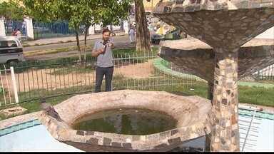 Chafariz abandonado próximo a prefeitura de Paulista acumula água parada - Praça está com muito mato e banheiros estão abandonados