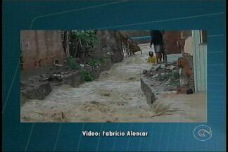 Em Araripina, um homem que passava de moto pelo bairro José Martins, caiu num canal - A forte chuva que caiu na cidade pode ter contribuído para o acidente.