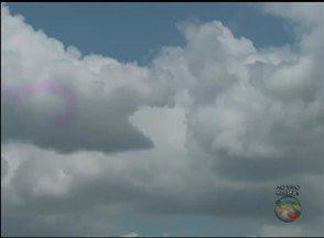 Confira previsão do tempo nesta sexta (15) em Bezerros - Previsão é de tempo parcialmente nublado com chuva rápida.