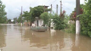 Rio Ribeira continua subindo de nível em Registro - O Rio já subiu mais de dois metros e causou muitos problemas aos moradores.