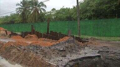 Obras para tapar buraco na Avenida Eduardo Girão, em Fortaleza, vão durar mais 15 dias - Confira as informações com a repórter Anézia Gomes.