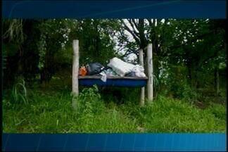 Excesso de lixo nas comunidades rurais de Divinópolis preocupa moradores - Internauta flagrou morador jogando lixo em uma área rural da cidade.Prefeitura disse que coleta está suspensa por conta das condições das estradas.