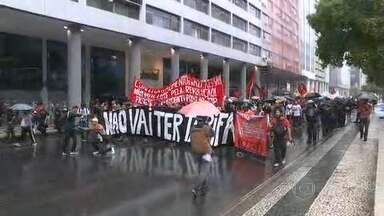 Manifestantes protestam contra o aumento na passagem de ônibus no Rio - Manifestantes protestam contra o aumento de 11,7% na passagem de ônibus no Rio. A tarifa subiu de R$3,40 para R$3,80 no início do mês.