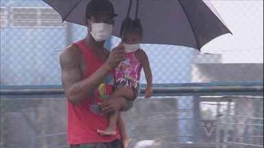 Moradores usam máscaras para tentar se proteger de fumaça tóxica - Diversos estabelecimentos já não possuem mais os objetos para vender em Guarujá.