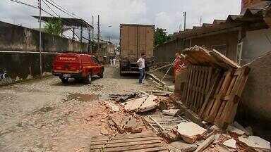 Caminhão bate em casa e deixa feridos em Juiz de Fora - Acidente foi no fim da manhã desta sexta-feira (15) no bairro cerâmica. Quatro pessoas ficaram feridas entre elas um bebê de seis meses.